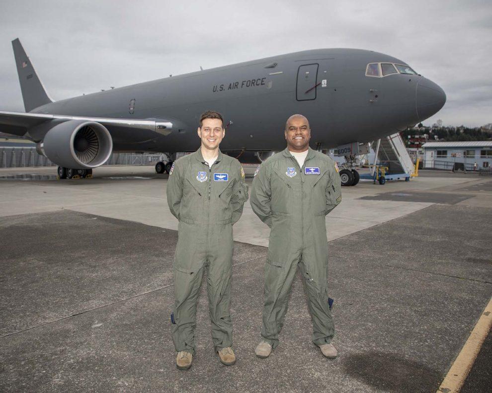Los tenientes coroneles Nick Cenci (izquierda) y Anthony Mariapain (derecha), director de operaciones de vuelo y piloto jefe del KC-46 en la Agencia de Gestión de Contratos de Defensa en Seattle, frente al primer KC-46A entregado a la USAF, avión del que se encargaron de realizar los vuelos de aceptación.