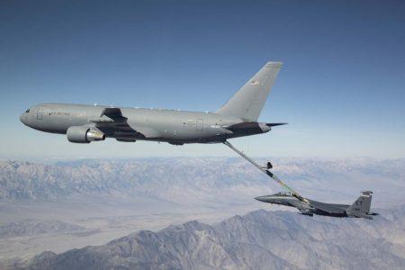 Uno de los KC-46A usados en el programa de pruebas y certificación repostando a un F-15,