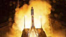 Inicio del despegue del cohete Soyuz que ha llevado al espacio al telescopio espacial CHEOPS .