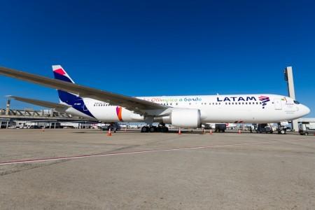 Boeing 767 de TAM ya con los colores de LATAM, usado para transportar la antorcha olímpica a Brasil.