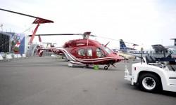 El Bell 429 con tren de aterrizaje de ruedas y retráctil.