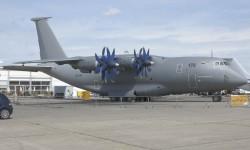El competidor del Airbus Military A400M, el Antonov An-70, ha vuelto a Le Bourget, ahora con una imagen militar.