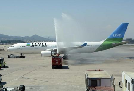 La salida del primer vuelo de Level ha sido saludada con un arco de agua a cargo de los bomberos del aeropuerto mientras el avión salía del finger. En Los Ángeles no estaba previsto arco por la sequía.