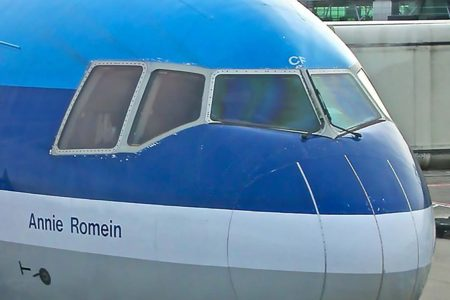 El MD-11 es uno de los numerosos aviones que incorporan limpiaparabrisas  verticales en posición de parado.