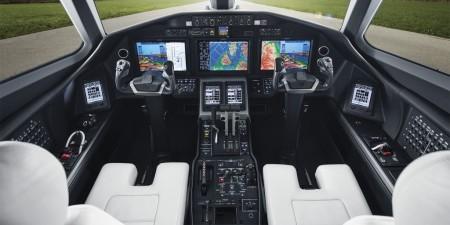 En la cabina de mandos los pilotos cuentan con la aviónica Garmin G5000; y en la parte trasera dos motores Honeywell HTF7700L.