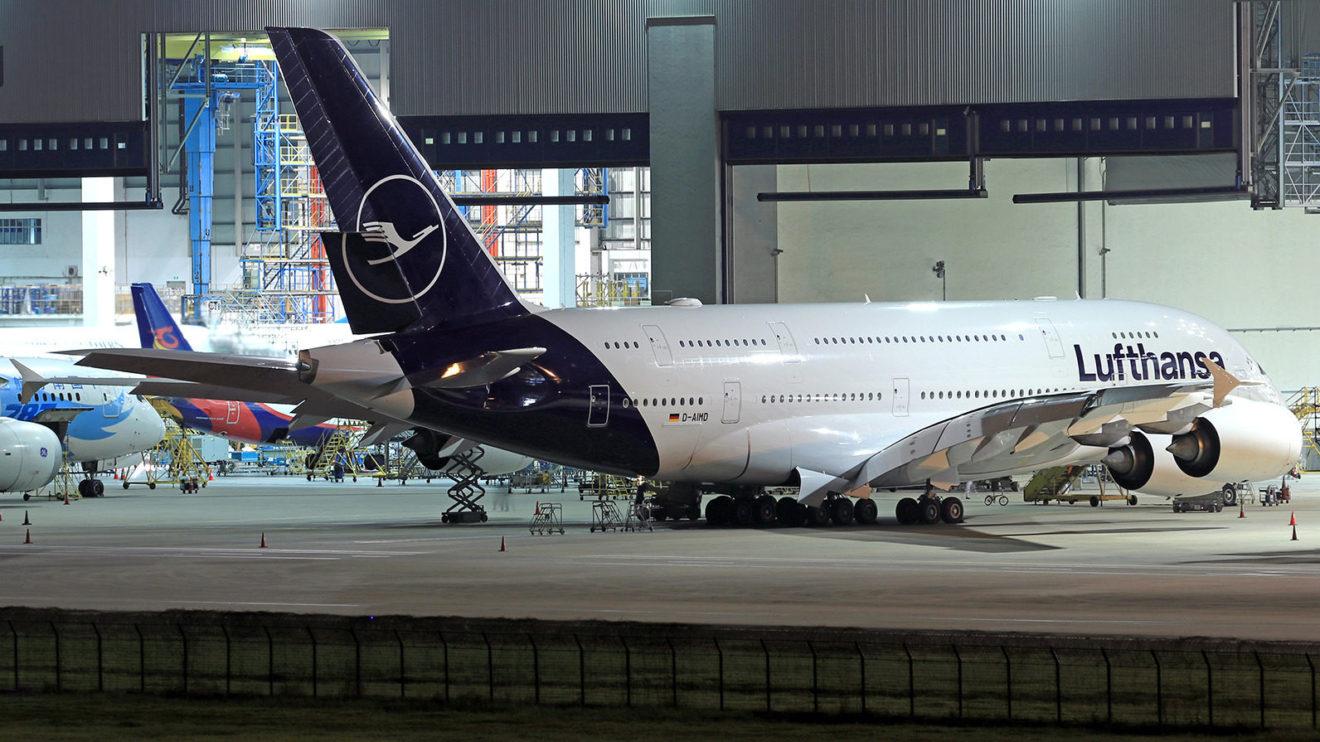 Lufthansa cuenta con 14 A380, el primero de los cuales recibió los nuevos colores de la aerolínea en diciembre.