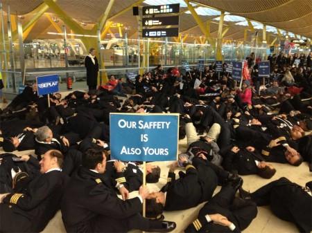 Sindicatos profesionales se manifestan en Barajas contra la nueva normativa de tiempos de actividad y descanso
