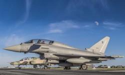 El primer Eurofigfhter para Omán en la plataforma de Warton, junto a un BAE Hawk también de esa fuerza aérea, luciendo en la cola todavía la matrícula británica de pruebas (ZR411 de la RAF).