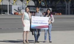 Elena Mayoral, directora del aeropuerto (izquierda) recibe a Alonso Fernández y su acompañante a la llegada a Madrid.