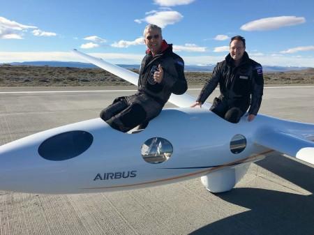 Jim Payne (izquierda) y Morgan Sandercock tras aterrizar en El Calafate al final de su vuelo de récord.