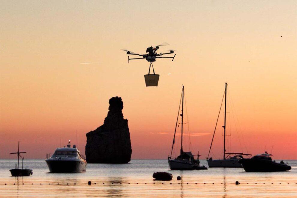 Pruebas de entrega de paquetes a yates realizadas en cala Benirras antes de iniciar el servicio de drone to yacht.