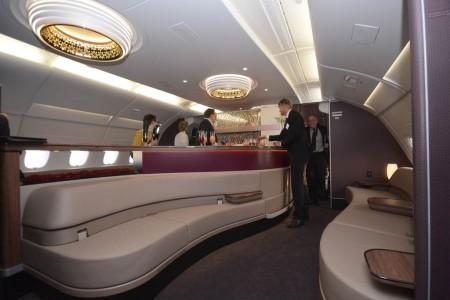 Bar y zona de relax en el Airbus A380 de Qatar Airways.