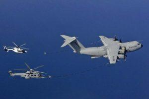 qVuelo en formación de repostaje entre el A400M y los helicópteros H225 y H160.