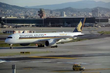 El primer Airbus A350 de Singapore Airlines en aterrizar en el aeropuerto de Barcelona rodando hacia el estacionamiento.
