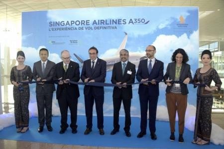 Corte de la cinta inaugural del primer vuelo con Airbus A350 de Singapore Airlines a Barcelona.