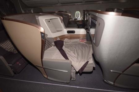 El asiento de ejecutiva se convierte en cama bajando el respaldo que cuenta, en su parte posterior, con una superficie acolchada plana.